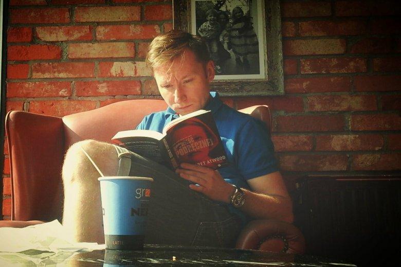 Jak najlepiej wykorzystać przerwę w pisaniu? Oczywiście konsumując kawę i lekturę.