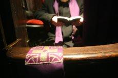 Księża z Kalwarii Zebrzydowskiej spowiadają w luksusowych warunkach.