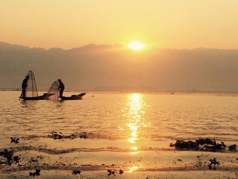 Wschód słońca na jeziorem Inle/Birma