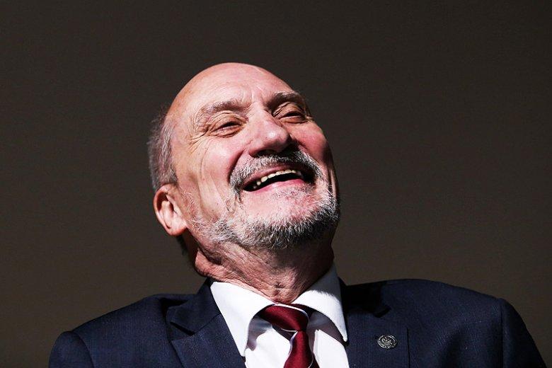 """Antoni Macierewicz w """"Sygnałach Dnia"""" Polskiego Radia narzekał, na... lobby rosyjskie. I krytykował Lecha Wałęsę za wywiad dla serwisu Sputnik."""