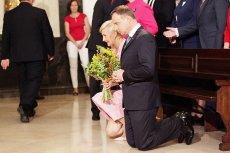 Na klęczkach prezydenta Andrzeja Dudę można spotkać co chwila...