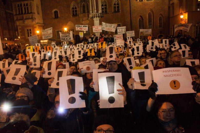 W czwartek w kilku miastach Polski setki osób manifestowało swoje poparcie dla strajkujących nauczycieli.
