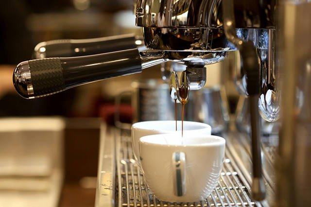 """""""Zawieszona kawa"""" - pomoc ubogim czy karmienie nieuczciwych sprzedawców?"""