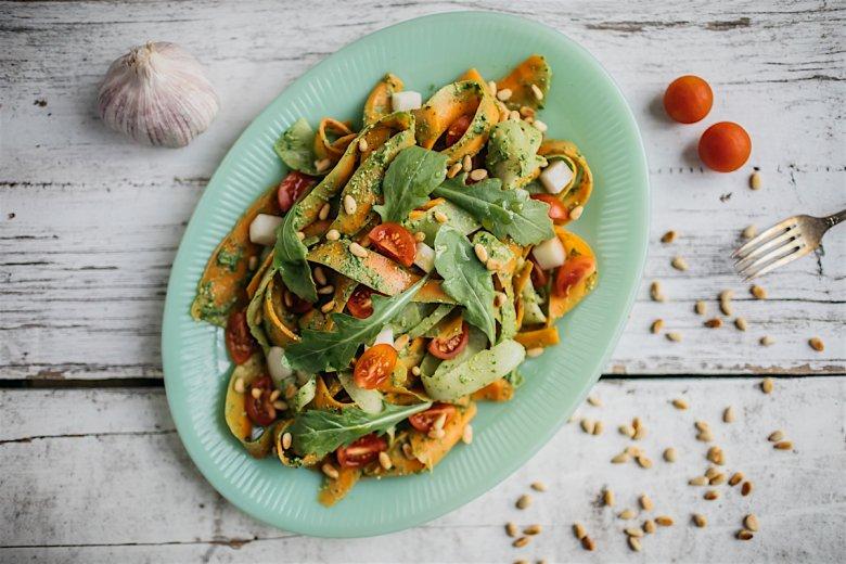 Makaron warzywny (marchew i biała rzodkiew) przyprawiony pesto z rukoli.