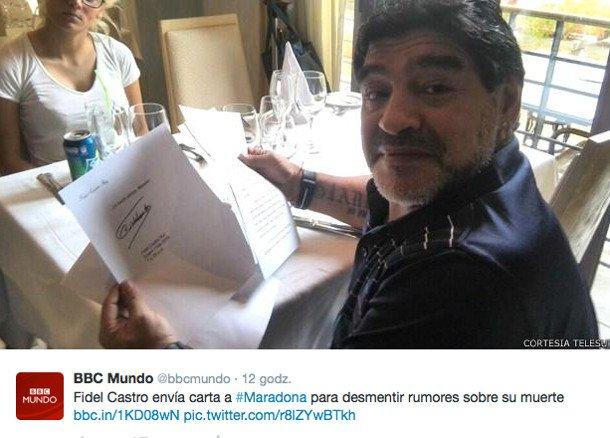 Diego Maradona pokazuje list, jaki miał otrzymać od Fidela Castro