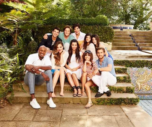 Cała rodzina Kardashianów w komplecie. U boku Kim jej siostry, mężczyźni ich życia oraz matka. Dziś to rodzina milionerów. Wszystko dzięki rezolutnej Kim.