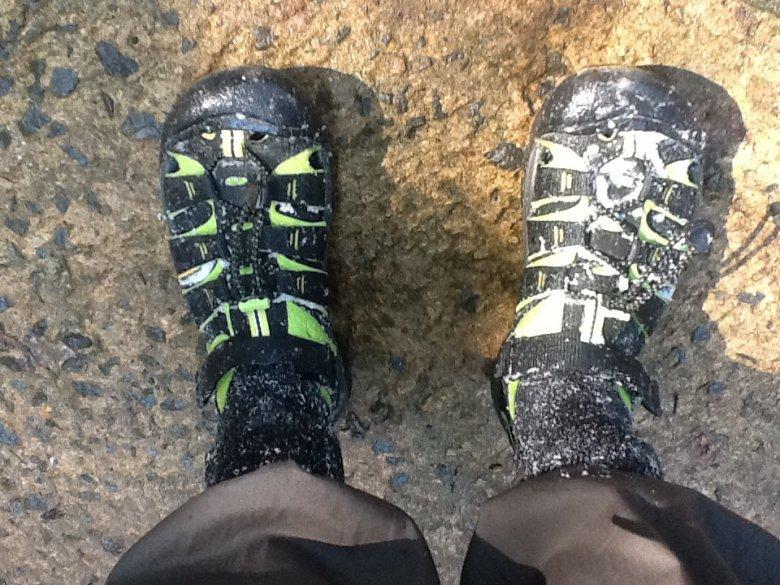 Przed wejściem do dżungli przewodnik naciera nam skarpety i buty roztworem soli. Ma chronić przed pijawkami. Singharaja Rainforest, Sri Lanka