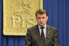 Szef MSWiA Mariusz Błaszczak zawiadomił prokuraturę o podejrzeniu popełnienia przestępstwa przez Ryszarda Petru. Zamierza też wytoczyć mu proces cywilny. Wszystko przez wpis o Igorze Stachowiaku.