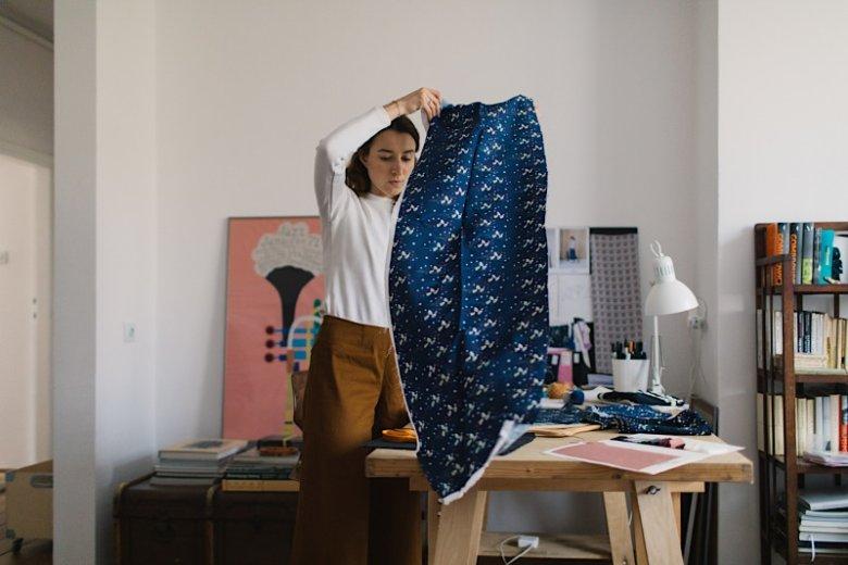Materiałoznawstwo to jeden z najważniejszych przedmiotów podczas nauki projektowania mody. Świadomość tkaniny pozwala na odpowiednią pracę z nią