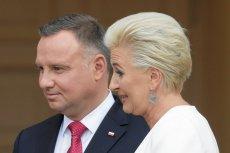 Podczas wizyty Andrzeja Dudy w USA na ulotkach było logo zakładu pogrzebowego.