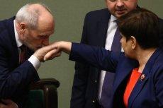 Premier Szydło chwali Macierewicza i nic nie zapowiada, żeby w MON miały w najbliższym czasie zajść jakieś zmiany.