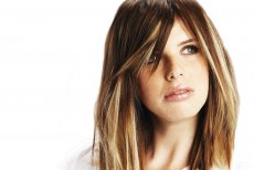 Grzywka lub kolorowe kosmyki włosów Balmain Hair, które wyglądają, jak refleksy wymalowane ręką fryzjera
