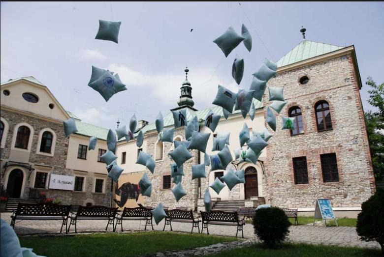 Zamek Sielecki - wzniesiono go najprawdopodobniej już w Średniowieczu, a dzisiaj to prężny ośrodek kultury.