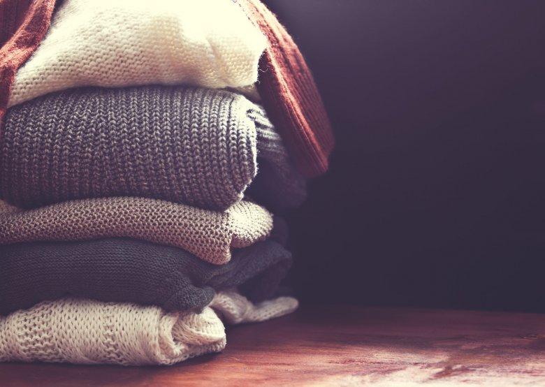 Wełniane swetry przechowuj w suchym i chłodnym miejscu, najlepiej na półce, zamiast na wieszaku.