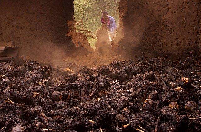 Ugandyjski więzień pracuje przy rozbiórce ściany kościoła w którym spalono żywcem kilkaset osób.
