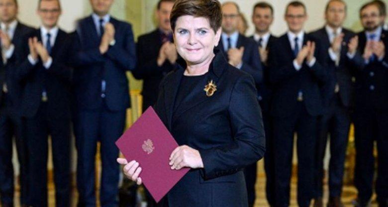 Oryginalne zdjęcie, bez zdublowanych polityków w tle, wykonał Jacek Turczyk z PAP podczas zaprzysiężenia rządu Beaty Szydło