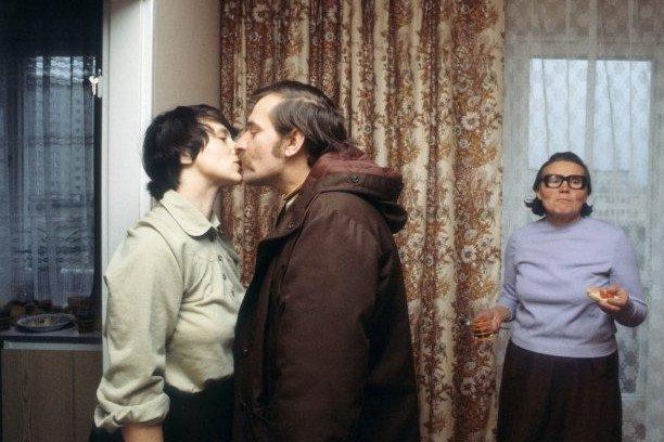 """© Chris Niedenthal. Lech Wałęsa żegna się z żoną Danutą przed wyjściem do pracy biurze NSZZ """"Solidarność"""" we Wrzeszczu. Z prawej Feliksa Golos, matka Danuty Wałęsowej."""