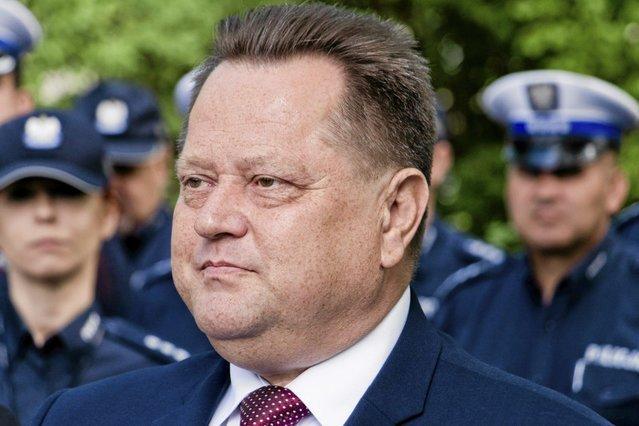Jarosław Zieliński wręczył policjantom z Sokółki radiowozy po tym, jak jego żona spowodowała w Podlaskiem wypadek.