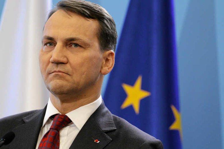 Były marszałek Sejmu i były szef MSZ Radosław Sikorski zadrwił z obecnej wicemarszałek Sejmu Beaty Mazurek.