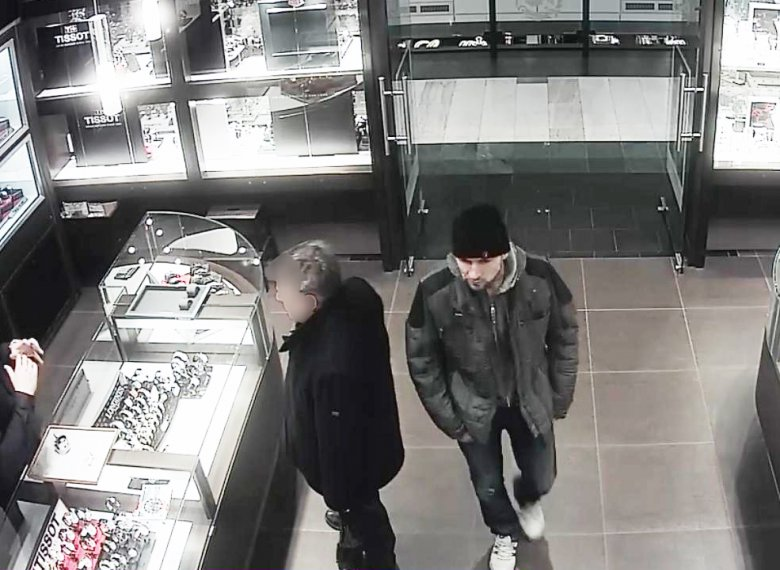 Zdjęcia z monitoringu okradzionego sklepu jubilerskiego.