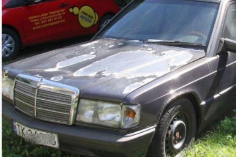 Stary samochód stoi na parkingu już od 16 lat