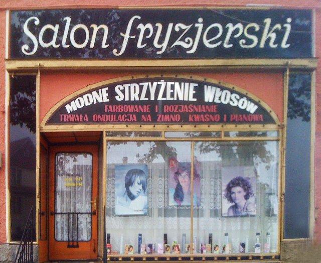 Wystawa zakładu fryzjerskiego w małym mieście.Polska.2009