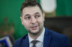 """Patryk Jaki wskazał dziś swojego szefa sztabu wyborczego. Opozycja grzmi, że to """"pisiewicz""""."""
