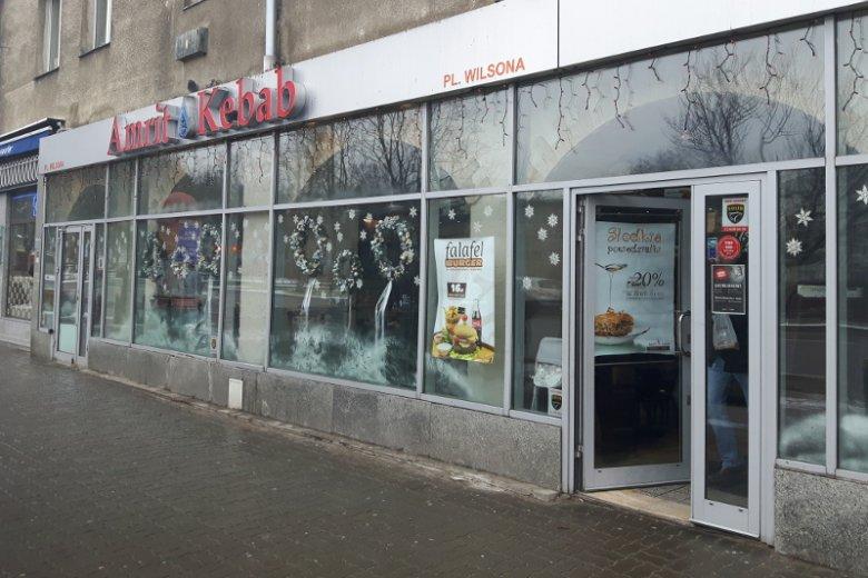Paradoksem jest to, że kebab na stałe już zadomowił się w Polsce, ale tym co je przyrządzają  wielu Polaków odmawia prawa do pracy w Polsce.
