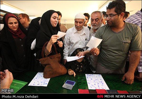 Irańczycy w lokalu wyborczym.