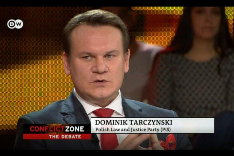 Dominik Tarczyński, poseł PiS, często jest gościem zagranicznych mediów.