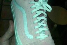 Jaki kolor ma ten but? Jedni twierdzą, że jest miętowo-szary. Inni uparcie przekonują, iż widzimy obuwie w kolorze biało-różowym.