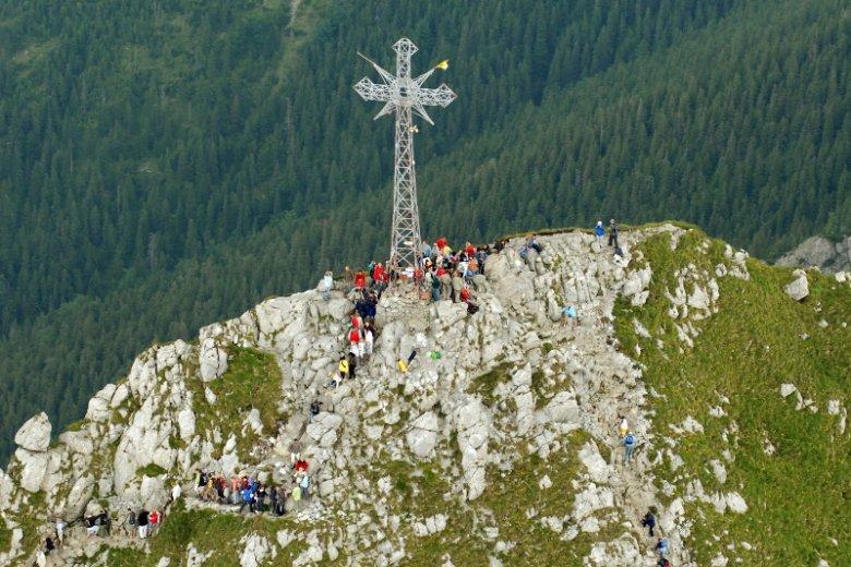 Po tragedii w Tartach rozpoczęła się dyskusja o demontażu krzyża na Giewoncie.