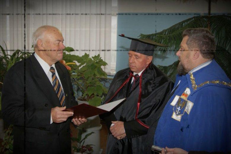 Andrzej Lepper odbiera na Ukrainie tytuł doktora honoris causa – obok niego stoi zakonnik i jego doradca, o. Mykoła Hinajło.