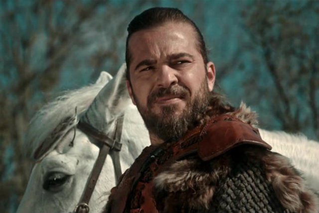 Przechodnie pomylili Polaka ze sławnym aktorem Enignem Altanem.