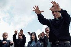 Daniel (Bartosz Bielenia) podszywa pod księdza w wiosce na Podkarpaciu. Miejscowi są nim oczarowani