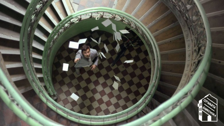 Klatka schodowa Galerii 81 stopni - kadr z filmu Otwarta Ząbkowska.