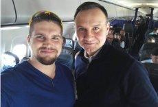 Prezydent Duda na pokładzie rejsowego samolotu wracającego do Europy.