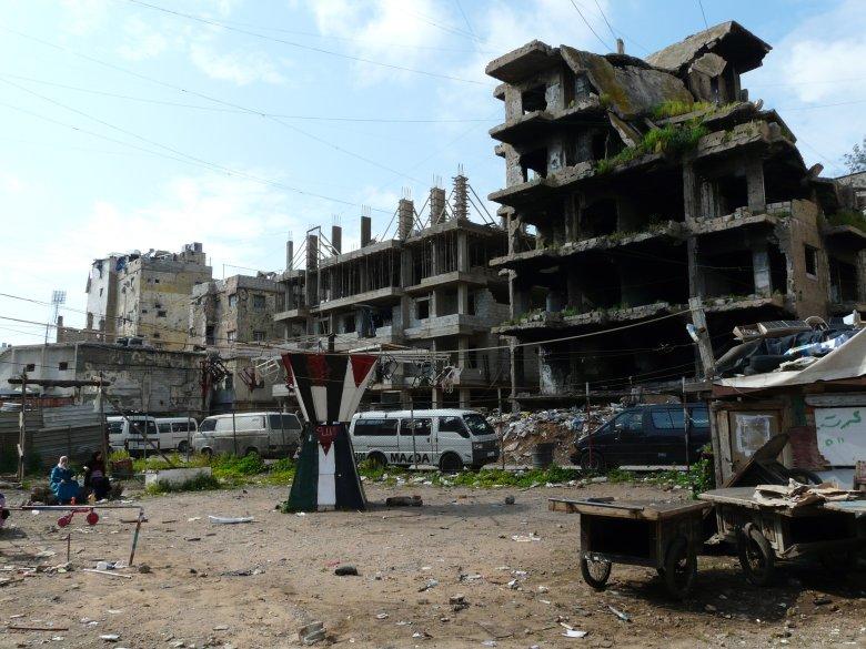 Plac zabaw w palestyńskim obozie Shatila (Bejrut) poszatkowany odłamkami izraelskich bomb w 2006 roku.