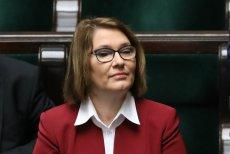 """Beata Mazurek oceniła, że Komisja Europejska """"jest głucha na argumenty polskiego rządu"""". Tymczasem nad PiS zawisły czarne chmury."""