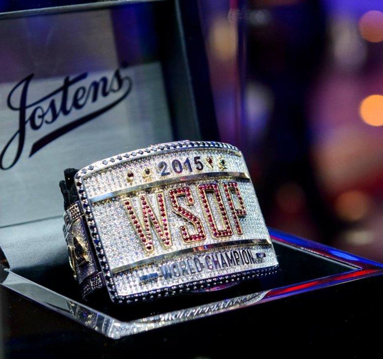 O podobną mistrzowską bransoletkę (na zdjęciu z 2015 roku) i 8 mln dolarów rywalizują pokerzyści w Main Evencie WSOP 2016.