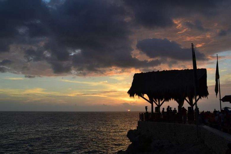 Jamajka to z jednej strony luksusowe hotele i piękne plaże, z drugiej narkotyki, morderstwa i wojny gangów