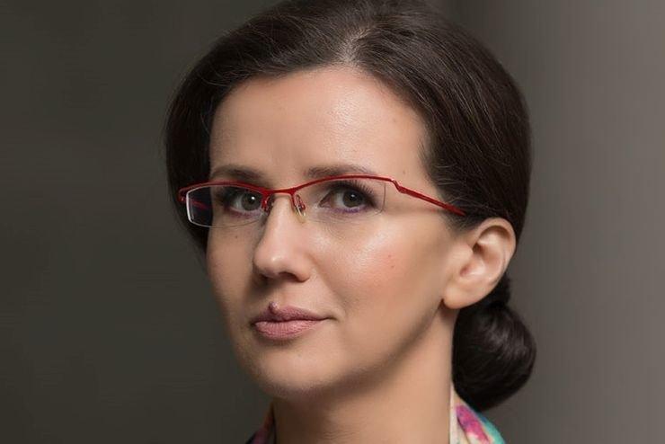Anna Mierzyńska obserwuje politycznego Twittera.