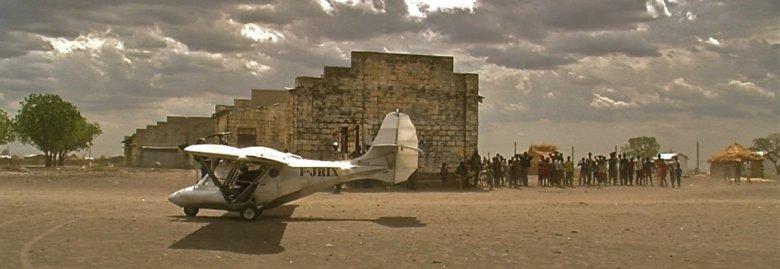 Autor filmu przyleciał do Afryki samolotem własnej konstrukcji.