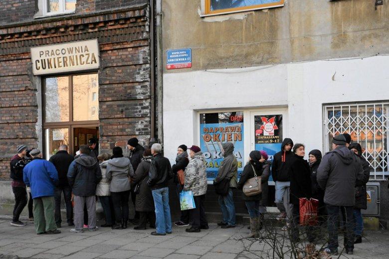 Jest już pięć dni po tłustym czwartku, ale kolejki po pączki do Cukierni Zagoździński w Warszawie dalej są bardzo długie.