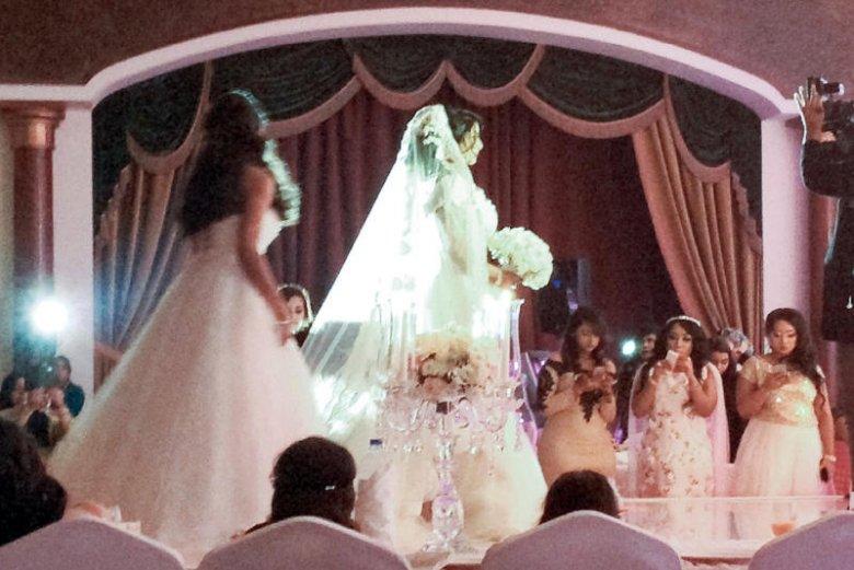 """Suknia ślubna panny młodej wzorowana jest na zachodnich. Coraz częściej wesela urządza się w """"amerykańskim"""" stylu."""