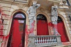 Witryny butiku Zienia zamalowane czerwoną farbą