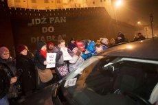 Protestujący pod Wawelem w Krakowie