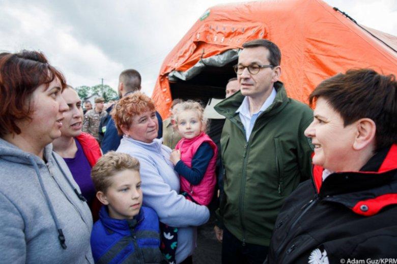 Premier Mateusz Morawiecki i wicepremier Beata Szydło na zalanych terenach w Małopolsce.