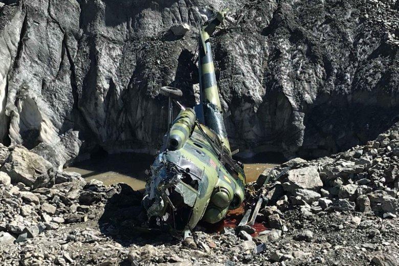 Oficjalnie śmigłowiec spadł z powodu silnego wiatru. Świadkowie twierdzą, że było to błąd pilota.