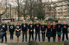 """Sędziowie stworzyli nowe koszulki z """"konstytucją""""."""
